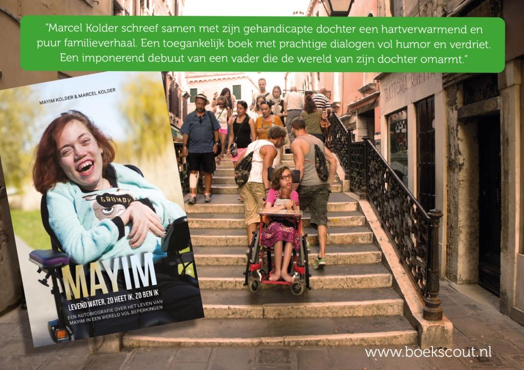 Het boek en in de achtergrond Mayim die over een brug in venetie wordt getild in haar rolstoel